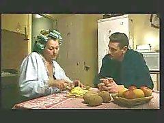 épouse matures permet blow job pour soninlaw de cuisine