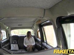 Fake Taxi Büro Mädchen in Strümpfen rimming Analsex und Schlucken