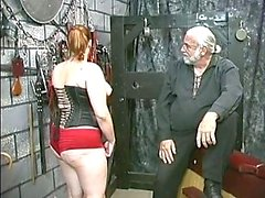 Young brunette del bdsm Slave ragazza in corsetto viene perso e il bastonato di piano interrato