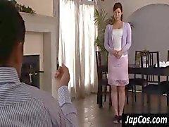 Güzel göğüsleri ile Şirin Asyalı kadın adam için bir striptiz izlerken yok