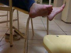 Candida ragazza collegio distendasi il suo e puzzolenti barefeet dei piedi suole