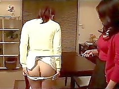 Asiatica della donna Spanked Come legato alla scrivania ottenere i capezzoli pompati da altra donna Nella Cucina