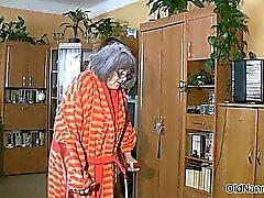Грудастая старая женщина становится тело потерла