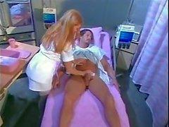 Enfermeira morena peituda faz sexo com paciente bonitão