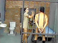 Rondborstige brunette politie maakt gevangene zuigen een enorme riem op
