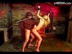 Блондинка девочка со связанными руки висят Получение ее киска выебанная Spnaked пытке Hotwax монахом в подземелье