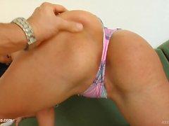 Ass Traffic donne le traitement anal approprié pour Lisa dans le film style gonzo