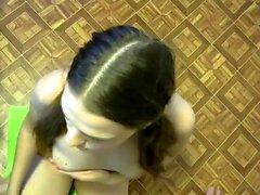 Offentlig blowjob från en amatör brunett babe i POV video