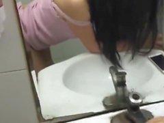 fille chinoise se amuse en public