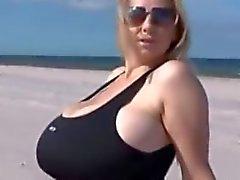 Gros seins sur la plage