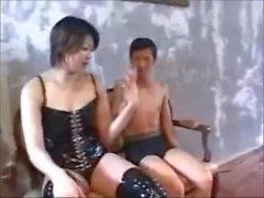 Japonais Amazon Chiaki joue avec un petit homme