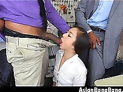 Asian Beauty Mila Jade Saugen zwei dunkle Dinks In Cleaners
