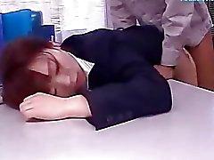 2 Arbeitszimmer Damen narkosierten und klopfte Mit 2 Cleaners gefickt Cum To Belly And Creampie Im Büro