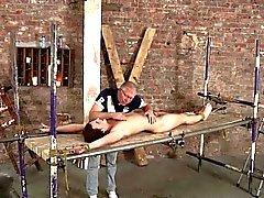 Мастер пользуется восковую свечу чтобы связано Twink неудобным