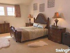 Joven pareja Josh y Jizelle visitando swinger house