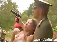Sexy Italian punapää MILF on saada porattu sotilas