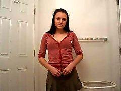 Noir fille d'une chevelure par bandes rouges de salle de bain