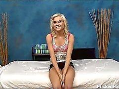 Bionda sveglia Cloe sta sedotta e scopata duro da il suo massaggio