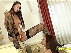 Bursting Teen Pisses Ella Misma