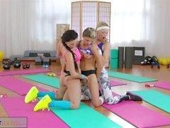 FitnessRooms Lesbo kolmikon kuumaa sekä hikinen jumppa lapsenmielisille
