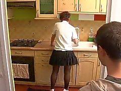 jongen bezoek moeder in keuken