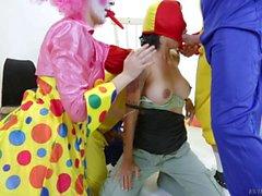 Большого грудь Дана Весполи получает Gangbanged роговой клоунам