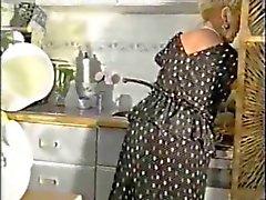 Mature Mummi Teasing sisään sukat ja vyö