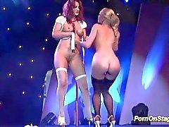Lesbische pornshow auf öffentlicher bühne
