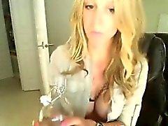 Suloiset blondi näyttelyssä suuret - tits on webbikamera