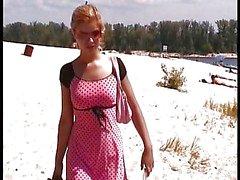 Les deux jeunes filles Russian de nudité de plage en heure d'été .