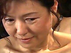 Zorra madura consigue atado y colgaban en una sesión de de BDSM