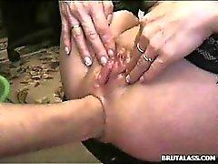 Einmal enges Arschloch durch harte Fisting und Dildo vernichtet