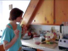 Jeunes petite babe la belladone obtient filme à la cuisine