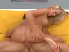 Kara Bare donne une belle Footjob