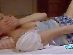 Aziatische meisje Fingered en likte op de matras In de Roo