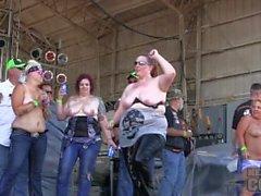 dalle grandi ragazze competizione sabato a ridurre 2.014 di Algona dell'Iowa motociclista comizio