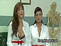 Drie verpleegkundigen anaal neuken met strapon dildo