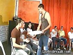 Inomhus homosexuella gangbang fuck fest