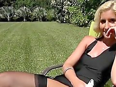 Blondie Mckenzi Reynolds Clignote Her Pussy Pour Gardener