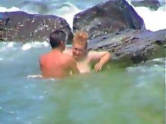 Joven sè coje a L'Una Madura en la playa ( espia )