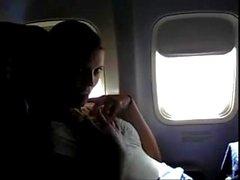 pornthey - MILF caliente esposa digitación a sí misma en avión comercial
