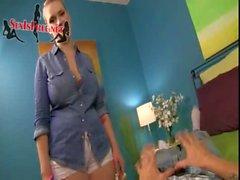 belle-soeur d'énormes poitrine en de maillot jean donne à beau Main- érotiques