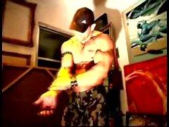 Musclé de cuir posant