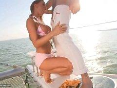 Миллионеров зрелая телка трахается коридорный в ее яхту со ей ступни и пальцы ног
