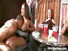 Geluk mannelijke strippers krijgen een blowjob
