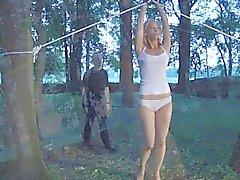 Muschi schwing Sklavenmädchen in Fesseln für einen Blasen veröffentlicht