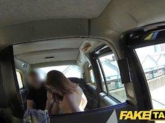 Eine Brünette Hure wird von einem Taxifahrer missbraucht, weil sie es nicht, das Geld zu zahlen haben,