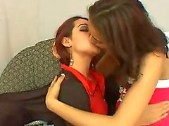 due figlie kisses sexy 2