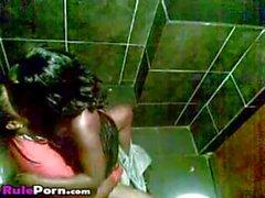 Африканских с парой ебля в диско клуб Туалет