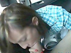 Delgado hijo Latina de clavado por extraño en los asientos traseros
